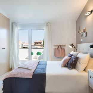 Imagen de dormitorio principal, escandinavo, de tamaño medio, sin chimenea, con paredes multicolor