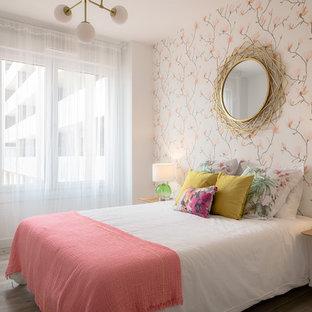 Foto de dormitorio contemporáneo con paredes multicolor y suelo gris