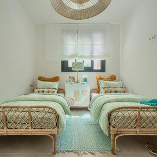 Foto de habitación de invitados exótica, de tamaño medio, con paredes blancas, suelo de baldosas de cerámica y suelo beige