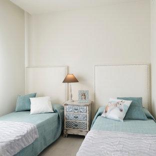Ejemplo de habitación de invitados clásica renovada, de tamaño medio, sin chimenea, con paredes blancas y suelo de madera clara