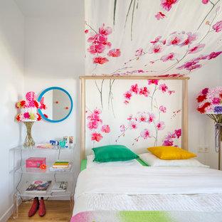 Diseño de habitación de invitados bohemia con paredes blancas y suelo de madera en tonos medios