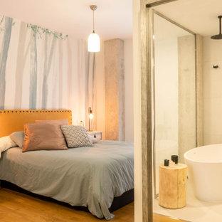 他の地域のコンテンポラリースタイルのおしゃれな寝室 (マルチカラーの壁、無垢フローリング、茶色い床) のインテリア