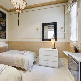 Diseño de habitación de invitados clásica renovada, grande, sin chimenea, con paredes multicolor y suelo de madera pintada