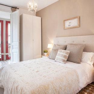 Immagine di una camera matrimoniale mediterranea di medie dimensioni con pareti beige, pavimento con piastrelle in ceramica e nessun camino