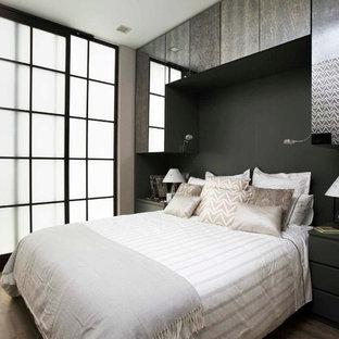 Foto de dormitorio principal, actual, con paredes negras y suelo de madera clara