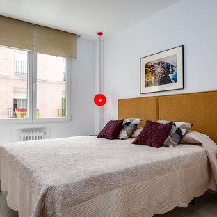 Imagen de habitación de invitados retro con paredes blancas, suelo beige y suelo de madera clara