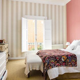 Стильный дизайн: гостевая спальня в средиземноморском стиле с розовыми стенами, ковровым покрытием и желтым полом - последний тренд