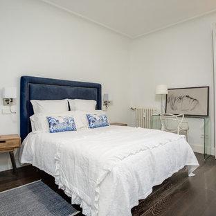 Ejemplo de habitación de invitados ecléctica con paredes blancas, suelo de madera oscura y suelo marrón