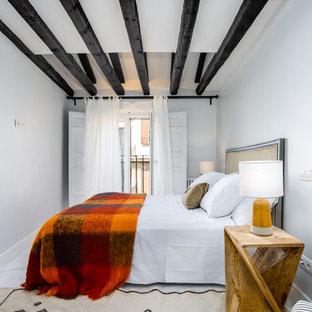 Foto de habitación de invitados mediterránea con paredes blancas y suelo blanco