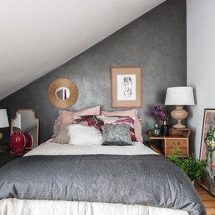 Modelo de dormitorio principal, bohemio, de tamaño medio, con paredes multicolor, suelo de madera en tonos medios y suelo marrón