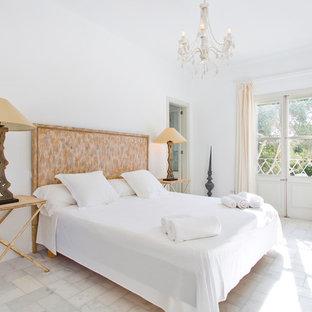 Modelo de dormitorio principal, nórdico, de tamaño medio, sin chimenea, con paredes blancas y suelo de mármol