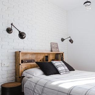 Réalisation d'une chambre parentale urbaine avec un mur blanc et un sol en bois foncé.