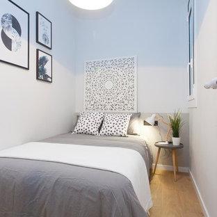 Diseño de habitación de invitados escandinava, pequeña, con paredes blancas, suelo de madera clara y suelo marrón