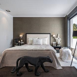Diseño de dormitorio principal, contemporáneo, de tamaño medio, sin chimenea, con paredes grises