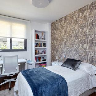 Foto de dormitorio contemporáneo con paredes grises, suelo de madera oscura y suelo marrón