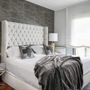 Imagen de dormitorio tradicional renovado, grande, con paredes grises, suelo de madera en tonos medios y suelo marrón