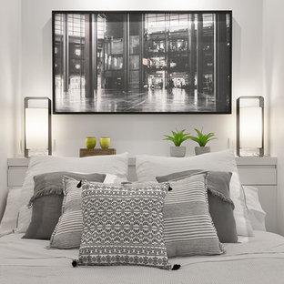 Foto de dormitorio principal, moderno, de tamaño medio, con paredes blancas, suelo de madera clara y suelo amarillo