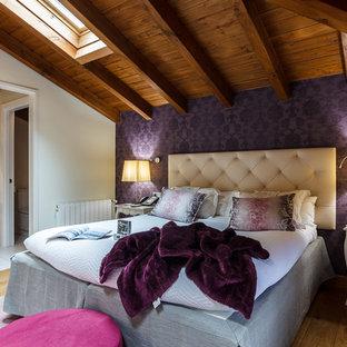 Foto de dormitorio principal, rústico, de tamaño medio, con paredes púrpuras