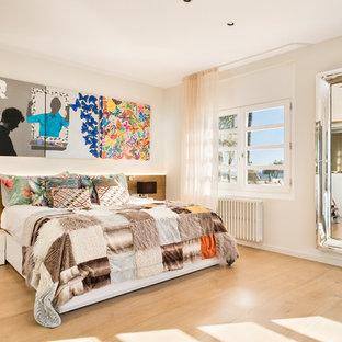 Diseño de dormitorio principal, contemporáneo, grande, con paredes blancas, suelo de madera clara y suelo beige