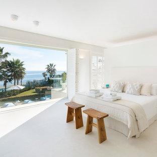 Diseño de dormitorio principal, marinero, de tamaño medio, con paredes blancas y suelo blanco