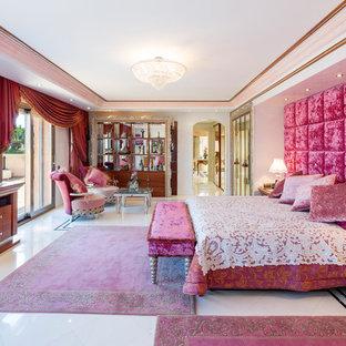Ejemplo de dormitorio principal, ecléctico, extra grande, sin chimenea, con paredes rosas