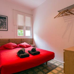 Пример оригинального дизайна: маленькая хозяйская спальня в средиземноморском стиле с белыми стенами и полом из керамической плитки