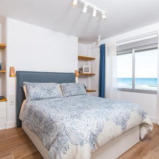 Modelo de dormitorio principal, marinero, de tamaño medio, con paredes blancas y suelo beige