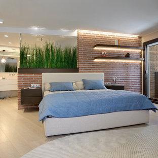 Ejemplo de dormitorio principal, contemporáneo, con suelo de madera clara y suelo beige