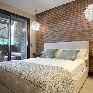 Modelo de dormitorio contemporáneo con paredes beige, suelo de madera clara y suelo beige