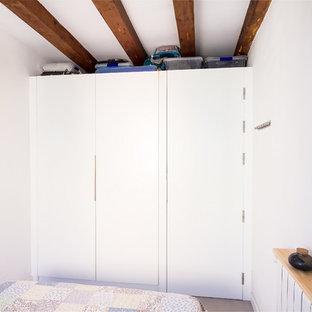 他の地域の小さいコンテンポラリースタイルのおしゃれな主寝室 (白い壁、磁器タイルの床、グレーの床) のレイアウト