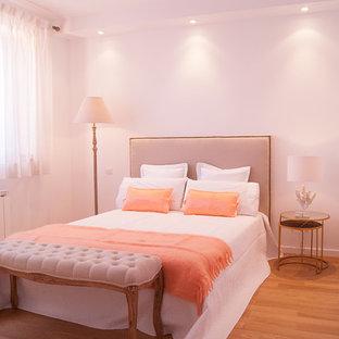 Неиссякаемый источник вдохновения для домашнего уюта: хозяйская спальня среднего размера в стиле современная классика с белыми стенами и паркетным полом среднего тона без камина