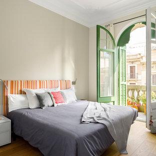 Foto de dormitorio principal, actual, con paredes beige, suelo de madera en tonos medios y suelo marrón