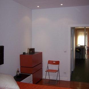 マドリードの中サイズのコンテンポラリースタイルのおしゃれな主寝室 (白い壁、濃色無垢フローリング、暖炉なし、茶色い床)