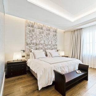 Diseño de dormitorio principal, tradicional renovado, con suelo de madera en tonos medios