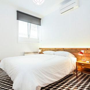 Foto de dormitorio principal, mediterráneo, de tamaño medio, sin chimenea, con paredes blancas y suelo de baldosas de cerámica