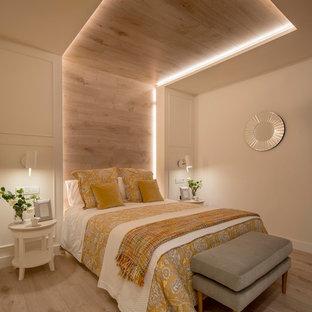 Imagen de dormitorio principal, contemporáneo, grande, sin chimenea, con paredes beige, suelo laminado y suelo beige