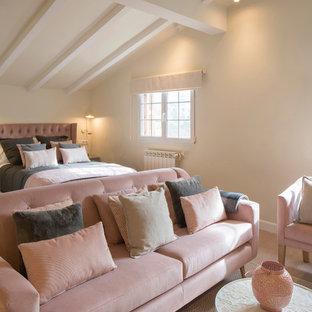 Стильный дизайн: большая спальня в стиле шебби-шик с бежевыми стенами, полом из ламината и розовым полом - последний тренд