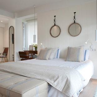Diseño de dormitorio principal, marinero, grande, con paredes blancas, suelo de madera en tonos medios y suelo marrón