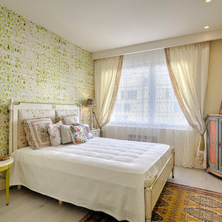 Foto de dormitorio ecléctico con paredes beige, suelo de madera clara y suelo beige