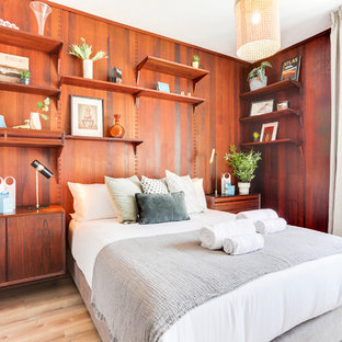 Ejemplo de dormitorio contemporáneo con suelo de madera clara y suelo marrón