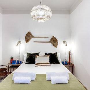 Imagen de dormitorio mediterráneo con paredes blancas