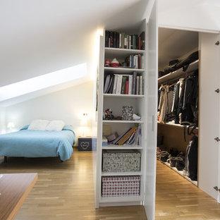 Свежая идея для дизайна: хозяйская спальня среднего размера в современном стиле с белыми стенами и паркетным полом среднего тона без камина - отличное фото интерьера