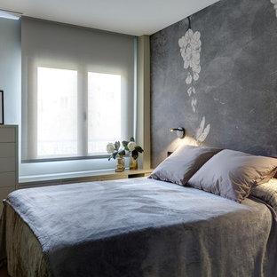 Ejemplo de habitación de invitados actual con paredes grises, suelo de madera clara y suelo beige