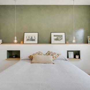 Ejemplo de dormitorio contemporáneo con paredes verdes, suelo de madera clara y suelo beige