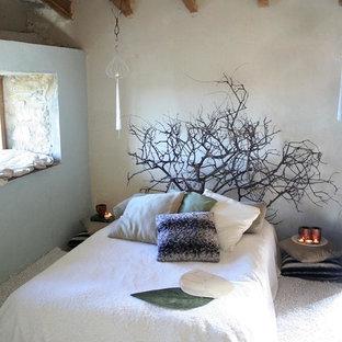 Kleines Country Schlafzimmer mit beiger Wandfarbe, Porzellan-Bodenfliesen, Kamin, Kaminumrandung aus Backstein und beigem Boden in Valencia