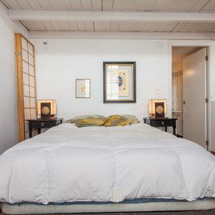 セビリアの中くらいの地中海スタイルのおしゃれな主寝室 (白い壁、テラコッタタイルの床、暖炉なし)