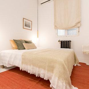 Modelo de dormitorio principal, mediterráneo, de tamaño medio, sin chimenea, con paredes blancas y suelo blanco