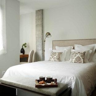 Foto de dormitorio principal, tradicional renovado, de tamaño medio, sin chimenea, con paredes blancas