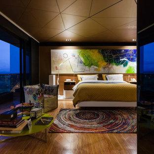 Modelo de dormitorio principal, moderno, grande, con suelo de mármol y paredes marrones