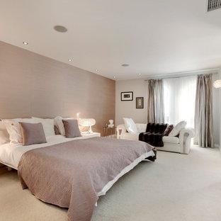 Diseño de dormitorio principal, contemporáneo, grande, sin chimenea, con paredes multicolor y moqueta